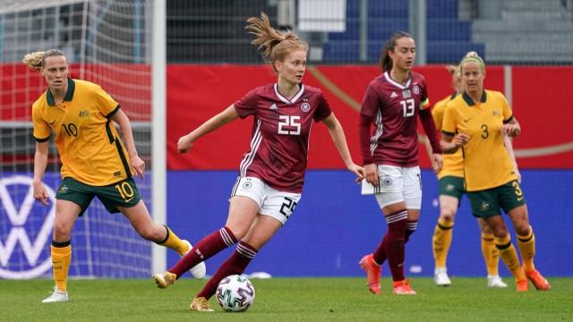 v.li.: Emily van Egmond (Australia, 10), Sjoeke Nüsken (DFB-Frauen, 25), Aktion, Action, Spielszene, 10.04.2021, Wiesbad