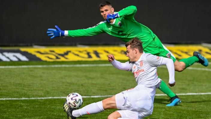 v.li.: Lasse Günther (Bayern München, FCB, 22) vergibt hier eine Großchance zum 2:2 - er schießt am Tor vorbei, Fabijan