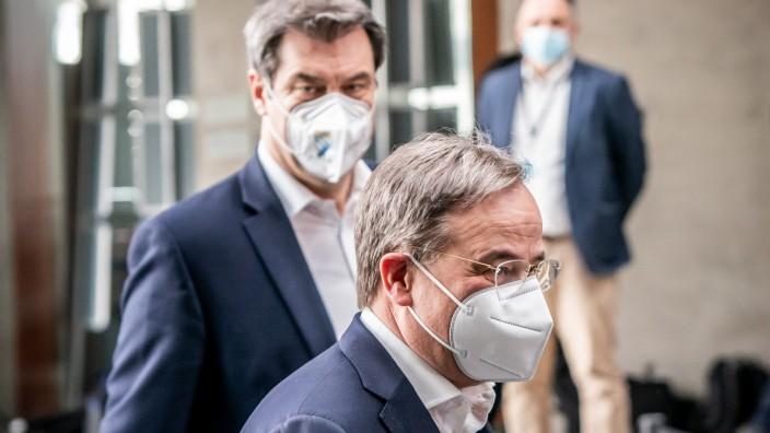 Markus Söder (CSU, hinten) und Armin Laschet (CDU) in Berlin. Am Montag wollen sie das Wahlprogramm vorstellen.
