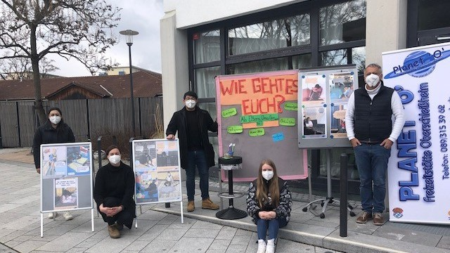 """Interview: Viele Masken, aber kein Maulkorb. Im Gegenteil: Mit der Aktion """"Stimme der Jugend"""" haben Deniz Dadli und Oberschleißheimer Teenager sich Gehör geschafft, damit man ihre Sorgen ernst nimmt."""