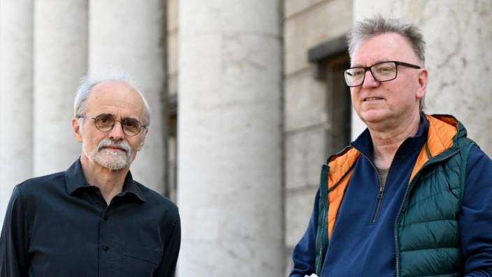 """Literaturwissenschaftler Johannes John (links) und Lehrer Stefan Erhardt befassten sich philosophisch und gesellschaftskritisch mit dem Fußballgeschehen. """"Uns wurde oft vorgeworfen, man müsse die Artikel zwei Mal lesen, um sie zu verstehen"""", sagt John."""