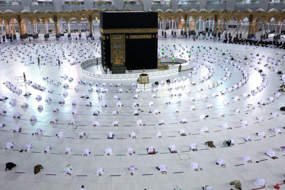Ramadan: Wegen der Corona-Pandemie halten die Gläubigen an der Kaaba der Großen Moschee in Mekka derzeit einen großen Abstand zueinander ein.