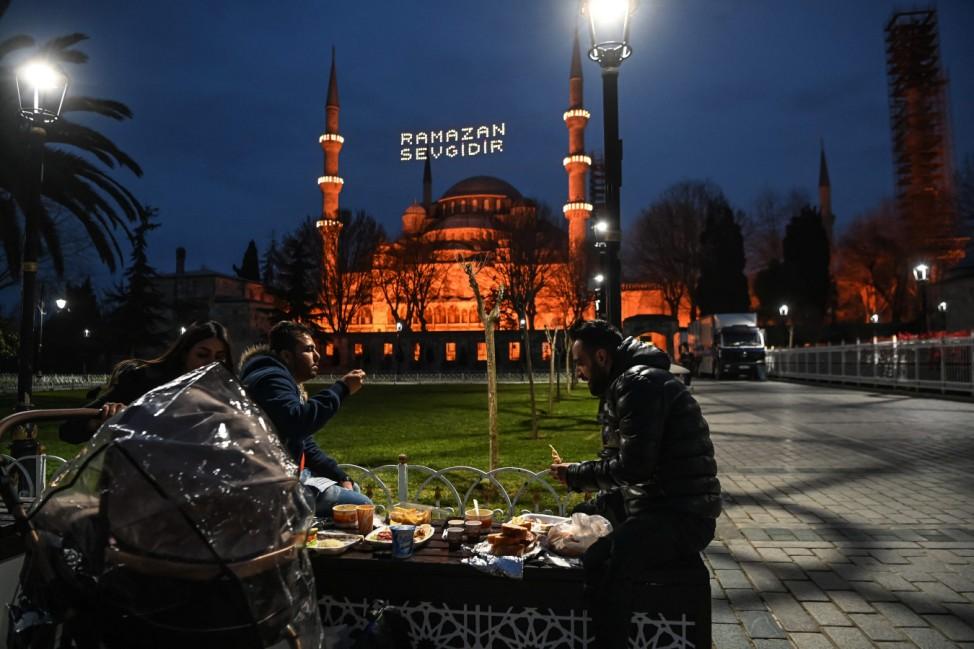 Ramadan: Vor der Blauen Moschee in Istanbul nehmen einige Gläubige am ersten Tag des Ramadan das Iftar ein, das besondere Abendmahl, das während des Fastenmonats erst nach Sonnenuntergang stattfindet.