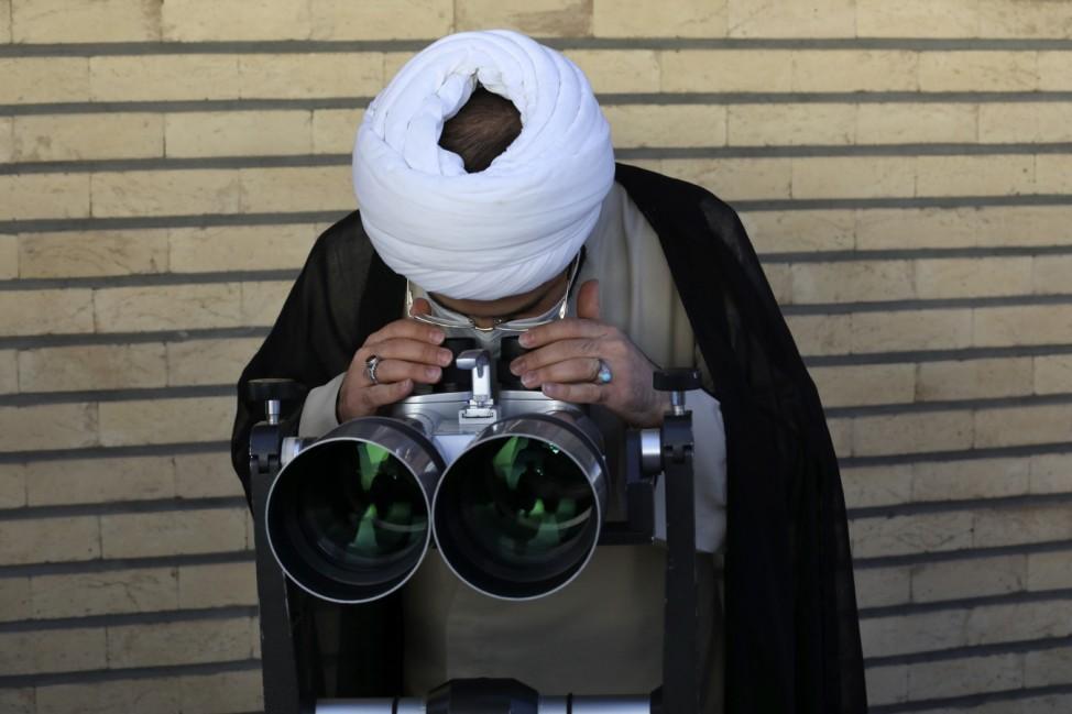 """Ramadan: Im Imam-Ali-Observatorium in Qom beobachtet ein iranischer Geistlicher den Himmel. Das Fasten im Ramadan beginnt mit dem Auftauchen der Sichel des Neumondes - der """"Geburt des neuen Mondes"""" - und endet mit dem darauffolgenden Neumond."""