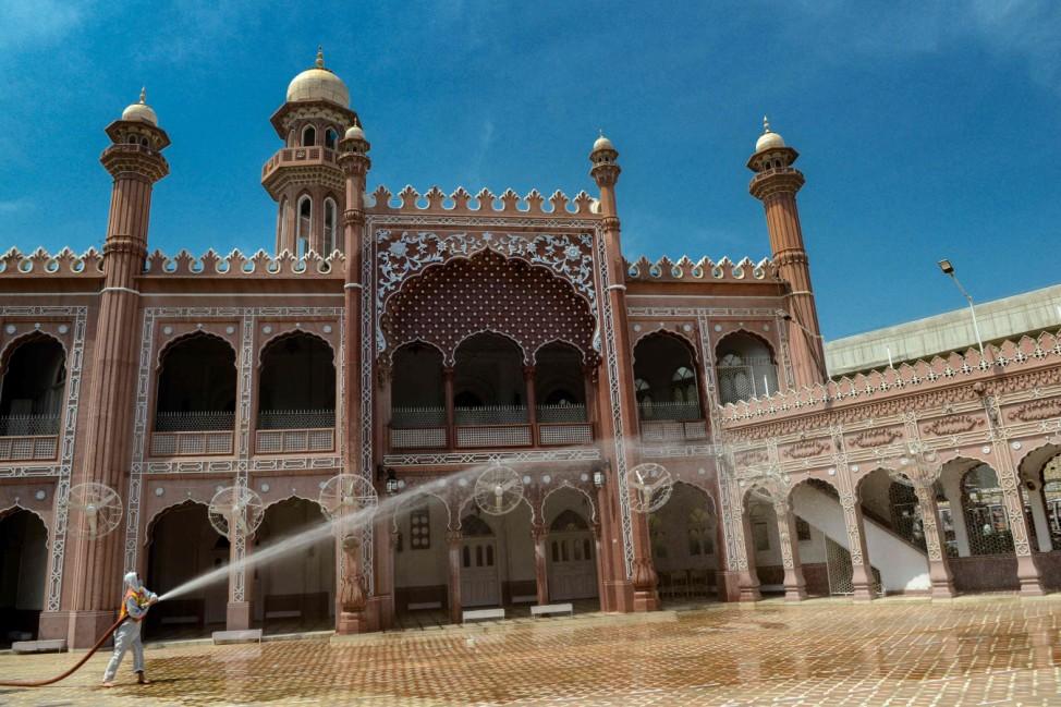 Ramadan: Zu den Vorbereitungen auf den Besuch der Moscheen während desRamadan gehört in Peschawar, Pakistan, dieses Jahr auch die Desinfektion der Gebäude.