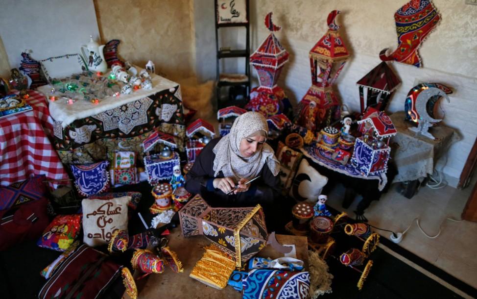"""Ramadan: Eine Palästinenserin in Gaza-Stadt stellt Laternen mit Kerzenlicht her. Mit diesen traditionellen """"Fanous"""", die ursprünglich aus Ägypten stammen, schmücken viele Muslime weltweit während des Fastenmonats Häuser und Straßen."""