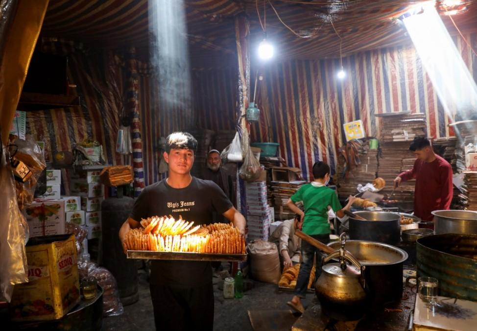 Ramadan: Kurz vor Beginn des Ramadan werden in Kabul, Afghanistan, Süßigkeiten hergestellt. Während tagsüber gefastet wird, ist es nach Sonnenuntergang erlaubt, zu essen, so viel man will. Auch Süßes.