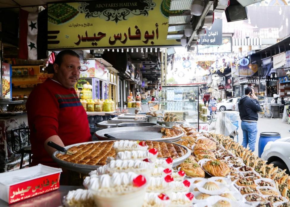Ramadan: Ein Verkäufer in den Straßen der syrischen Hauptstadt Damaskus hofft auf Kundschaft, die sich nach dem täglichen Fasten mit Gebäck belohnt.