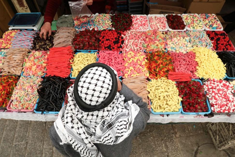 Ramadan: Bereits vor dem Beginn bietet auch dieser Straßenverkäufer in der Altstadt von Hebron im Westjordanland eine große Auswahl von Süßigkeiten an.