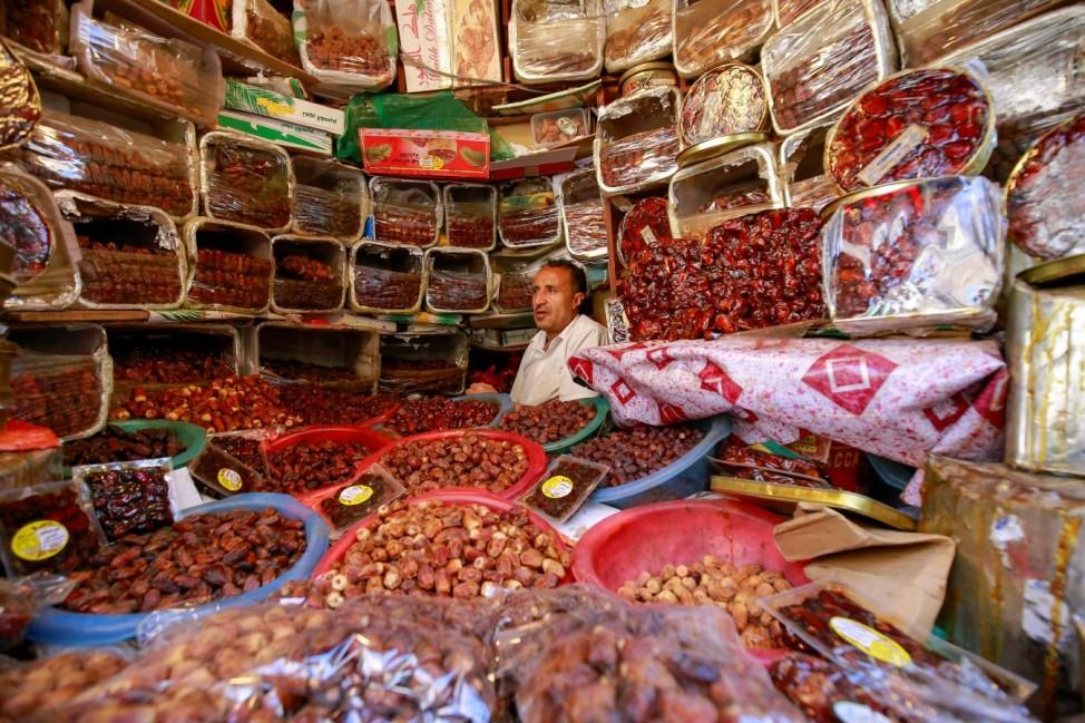 Ramadan: Für viele Gläubige gehören Datteln zu den Nahrungsmitteln, die während des Ramadan besonders wichtig sind. Schon der Prophet Mohammed soll der Überlieferung nach sein Fasten mit einer Dattel gebrochen haben. Tatsächlich ist es eine gute Idee, das Fasten mit diesem Obst, das hier ein Händler in Sanaa im Jemen anbietet, zu brechen: Datteln sind süß und außerdem gesund.