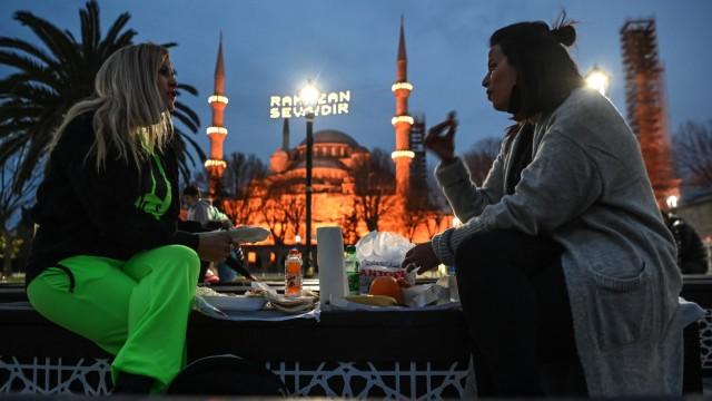 Ramadan: Zwei Frauen beim Fastenbrechen vor der Blauen Moschee in Istanbul