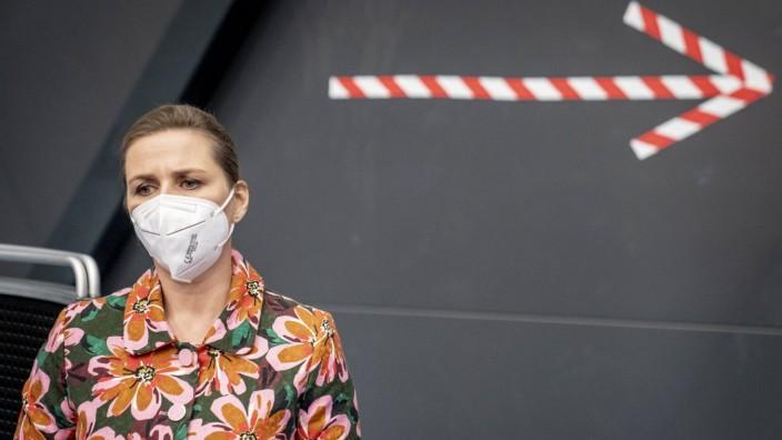 Statsminister Mette Frederiksen (S) under besoeg i vaccinationscenteret i Roskilde Kongrescenter, mandag den 12. april 2