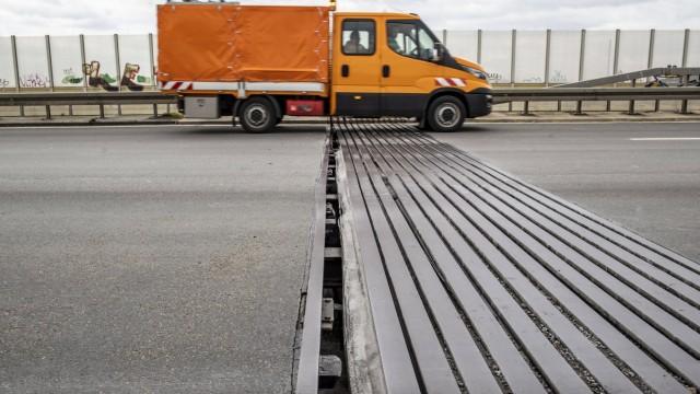 08.04.2021 , DU Duisburg , Teilstück der BAB Bundesautobahn A59 in Höhe Grunewaldbrücke wegen vergrössertem Fugenspalt