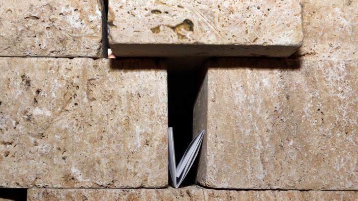 """Aktion 'Klagemauer' in der Stadtpfarrkirche; Aktion """"Klagemauer"""" in Starnbergs Stadtpfarrkirche"""