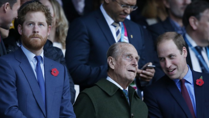 Prinz Philip mit seinen Enkeln Harry und William beim Finale der Rugby-WM 2015