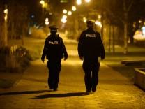 Coronavirus in Deutschland: Polizisten in Dresden kontrollieren die Ausgangssperre