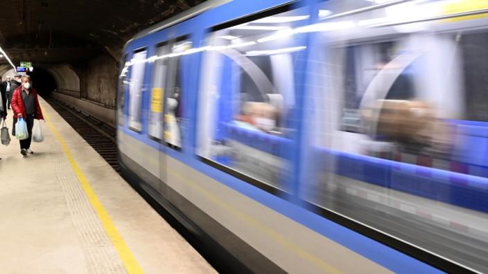 Sexuelle Belästigung: Am U-Bahnhof Sendlinger Tor stieg die Frau aus, der Grapscher ebenso.