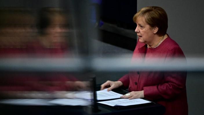 """Angela Merkel will """"die Kraft von Bund, Ländern und Kommunen besser bündeln als zuletzt"""": Der Bundestag debattierte am Freitag das Infektionsschutzgesetz."""