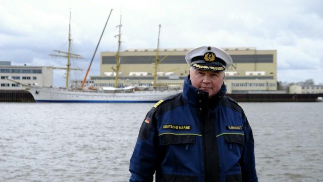 Kapitän Nils Brandt vor seinem Schiff Gorch Fock, das Ende Juli wieder auslaufen soll