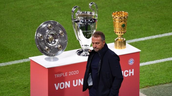Das Triple-Schale,Meisterschale,Champions League Pokal und DFB Pokal werden praesentiert-Hans Dieter Flick (Hansi ,Train; Flick