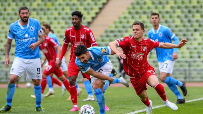 v.li.: Stephan Salger (TSV 1860 München, 6) Sebastian Maier (Türkgücü München, 11) im Zweikampf, Duell, duel, tackle, D