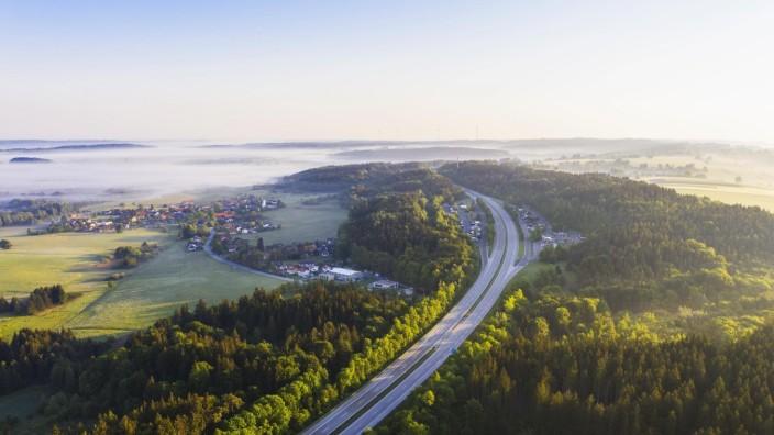 Autobahn A95 mit Rasthof Höhenrain und Ortschaft Höhenrain, Drohnenaufnahme, Oberbayern, Bayern, Deutschland, Europa ***