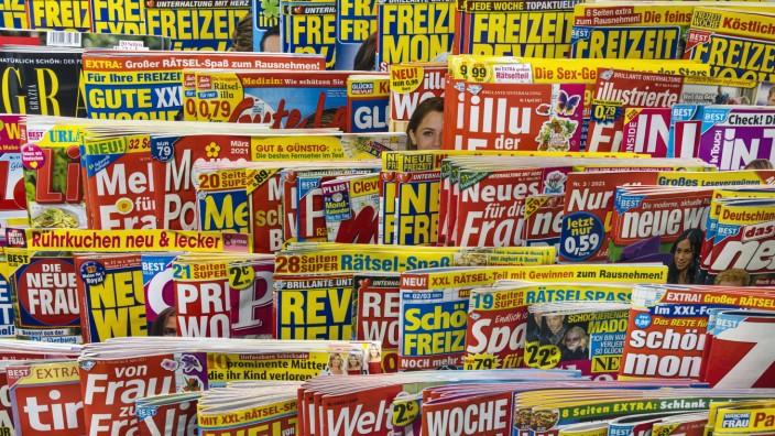 Yellow Press. Auslage in einem Zeitungskiosk. // 15.03.2021: Deutschland, Baden-Württemberg, Stuttgart. *** Yellow Press
