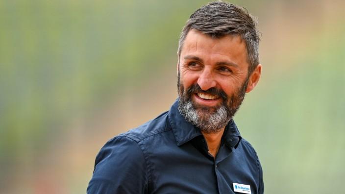 Trainer Michael Köllner (TSV 1860 München) lachend, lächelt, Einzelbild, Aktion, Action Freude, freundlich, fröhlich, st