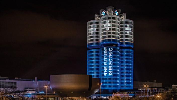 BMW Gebäude in München, als Batterie illuminiert
