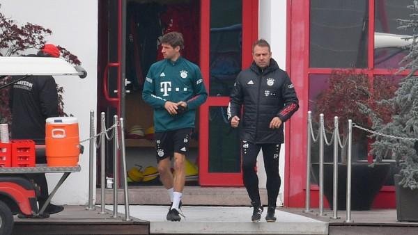 Hans Dieter Flick (Hansi ,Trainer Bayern Muenchen) mit Thomas MUELLER (MÜLLER,Bayern Muenchen). FC Bayern MuenchenTrain; Flick