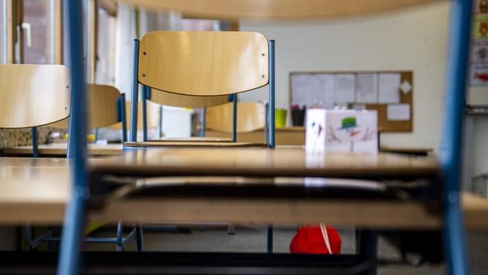 Schule und Corona: In einem leeren Klassenraum einer Grundschule sind die Stühle auf die Bänke gestellt