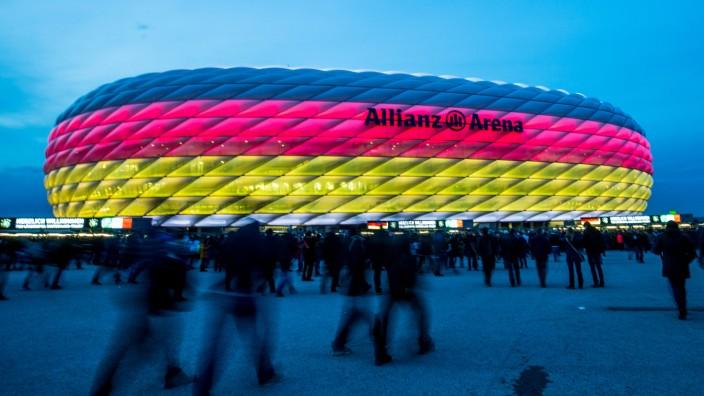 Allianz Arena in München leuchtet in Schwarz-Rot-Gold