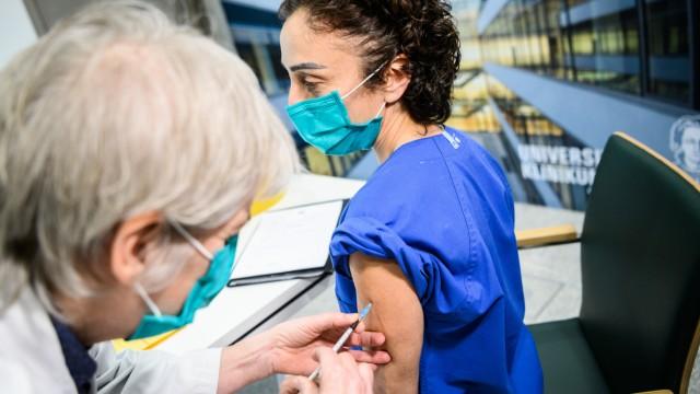 Zweite Impfung für Krankenschwester am Uniklinikum