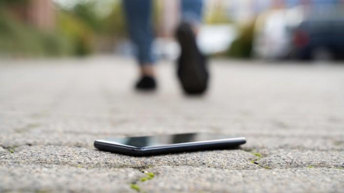 Handy: Verlorenes Smartphone auf dem Gehweg