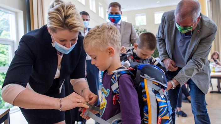 Bundesfamilienministerin übergibt Schulranzen