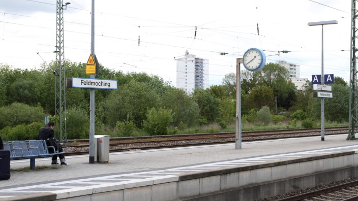 Wohnen in Feldmoching: Wohnen direkt am Bahnhof: Mit Glaswänden soll das geplante Viertel vom Zuglärm abgeschirmt werden, lautet eine Forderung aus dem Bezirksausschuss.
