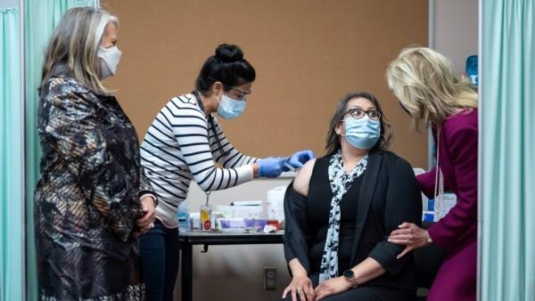 Corona in den USA: Jill Biden bei einer Corona-Impfung