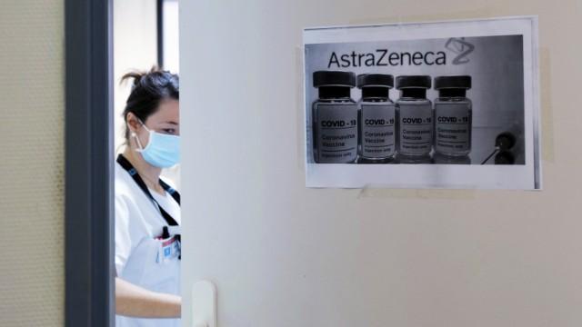 Corona-Impfung: Astrazeneca-Impfdosen auf einer Tür