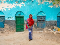 SOMALILAND - PORTRAIT OF A SOMALI YOUNG WOMAN IN THE STREETS OF THE OLD TOWN - BERBERA Portrait of a somali young woman