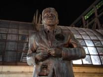 Joko setzt Klaas ein Denkmal - vor dem Berliner Hauptbahnhof