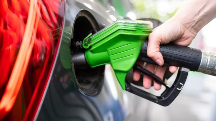 Benzinpreis: Ein Auto wird betankt