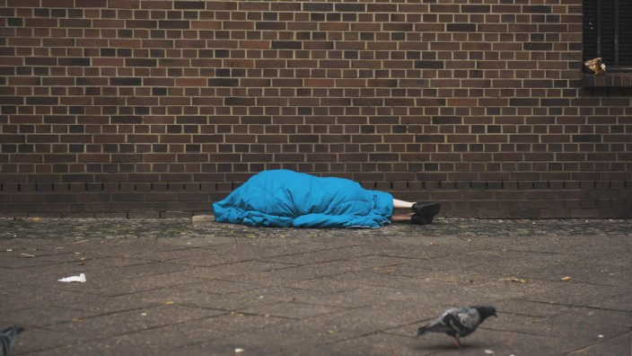 DEU Deutschland Germany Berlin 26 10 2017 Eine Obdachlose Person schlâÄ°ft in einem Schlafsack in