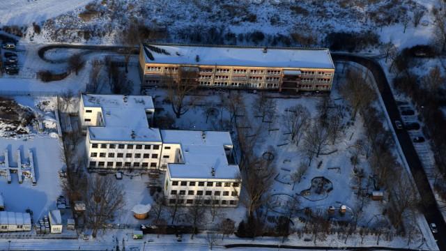 Winterluftbild Schulgebäude der Freie Schule am Elsengrund und KITA Kindergarten Elsenstraße im Ortsteil Mahlsdorf in Berlin
