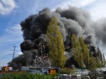 Nordrhein-Westfalen: Autos, Reifen und Container auf Schrottplatz in Brand geraten