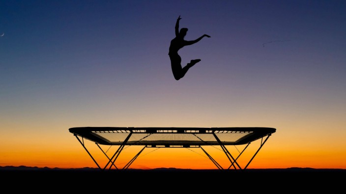 silhouette of a gymnast on a trampoline on the beach PUBLICATIONxINxGERxSUIxAUTxONLY Copyright xale