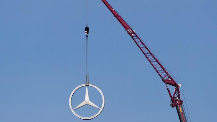 Mercedes-Stern vom Bahnhofsturm entfernt