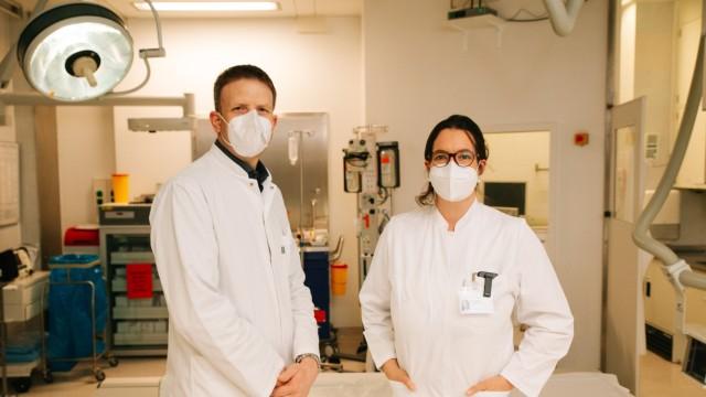 Der Intensivmediziner Dominik Hinzmann vom Klinikum rechts der Isar und die Unfallchirurgin Viktoria Bogner-Flatz vom LMU-Klinikum