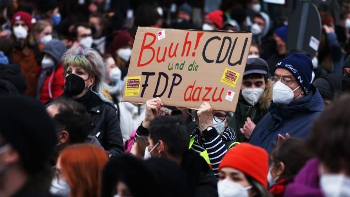 Menschen demonstrieren gegen die Entscheidung des Bundesverfassungsgerichtes, die Mietendeckel als Verfassungswidrig zu