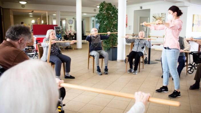 Leben im Seniorenheim: Die Gymnastikgruppe hält Abstand. Und für Betreuerinnen und Besucher gilt Mundschutzpflicht.