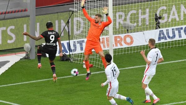 Leon Bailey (Bayer Leverkusen), li., erzielt gegen Torwart Kevin Trapp (Eintracht Frankfurt) das Tor zum 1:0 24.04.2021